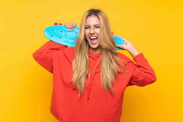 Jonge schaatservrouw over geïsoleerde geel