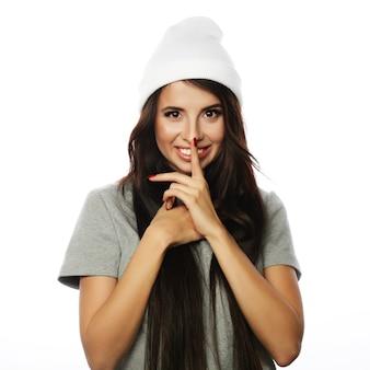 Jonge schattige lachende hipster meisje op witte achtergrond