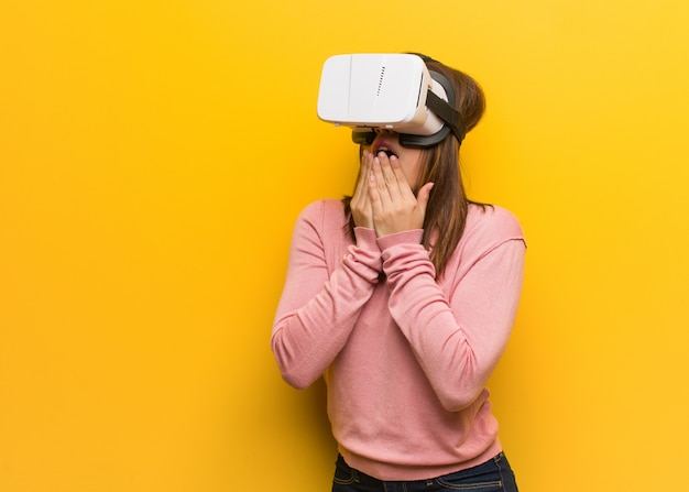 Jonge schattige vrouw draagt een virtual reality-bril bijt nagels, nerveus en erg angstig