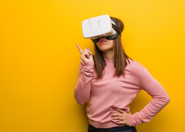 Jonge schattige vrouw draagt een virtual reality-bril denken over een idee