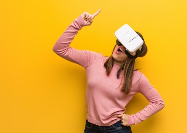 Jonge schattige vrouw draagt een virtual reality-bril met een geweldig idee