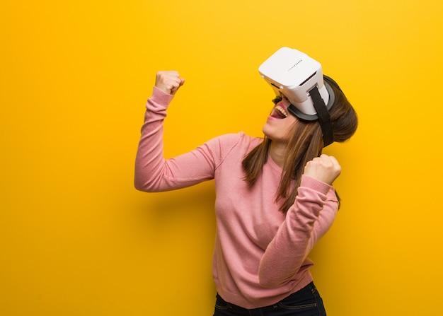 Jonge schattige vrouw draagt een virtual reality-bril verrast en geschokt
