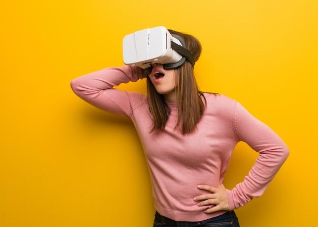 Jonge schattige vrouw draagt een virtuele realiteit googles bezorgd en overweldigd