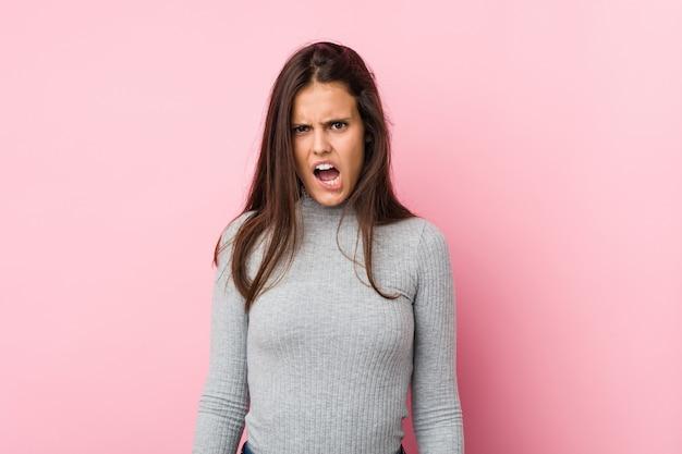 Jonge schattige vrouw schreeuwen heel boos en agressief.