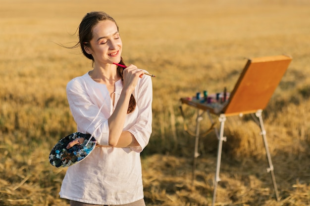 Jonge schilder die inspiratie in de aard zoekt