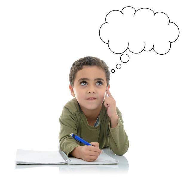 Jonge schooljongen op zoek naar een antwoord