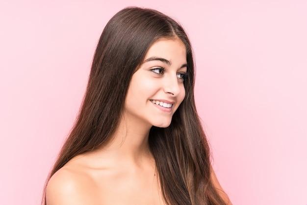 Jonge schoonheid blanke vrouw tegen een roze muur