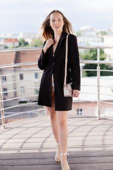 Jonge schoonheid vrouw ontspannen op het balkon van café op zomerdag