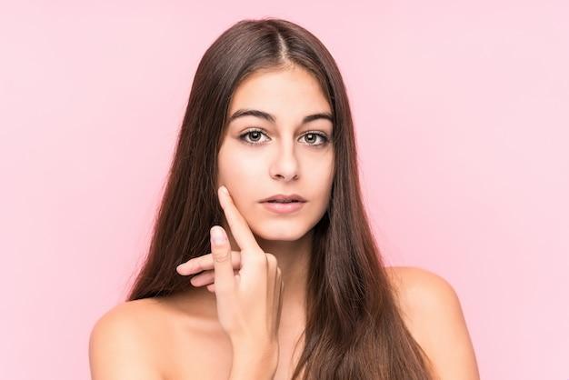 Jonge schoonheids kaukasische vrouw tegen een roze muur