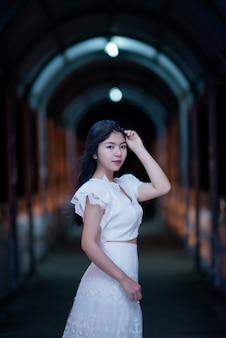 Jonge schoonheidsvrouw in witte kleding van nachtlicht