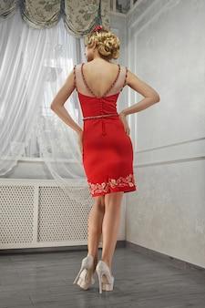 Jonge schoonheidsvrouw, prachtige vrouw in rode kleding, op heuvels, ha