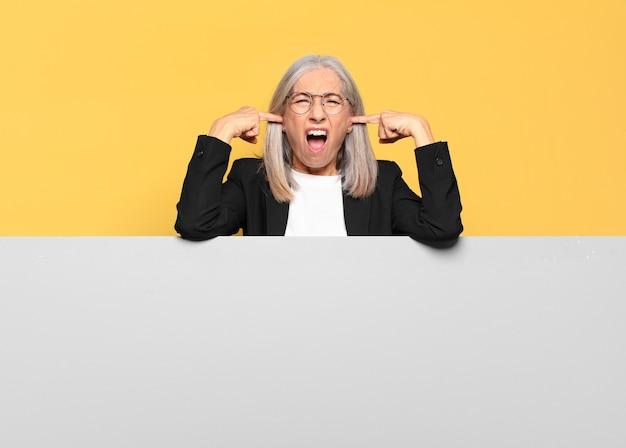 Jonge senior grijze haren zakenvrouw met een kopie ruimte om uw concept te plaatsen