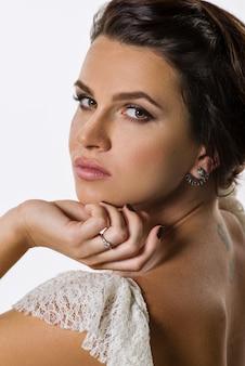 Jonge sensuele glamourvrouw met make-up, kapsel,