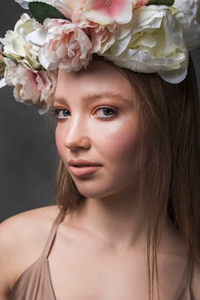 Jonge sensuele vrouw met mooie bloemkroon