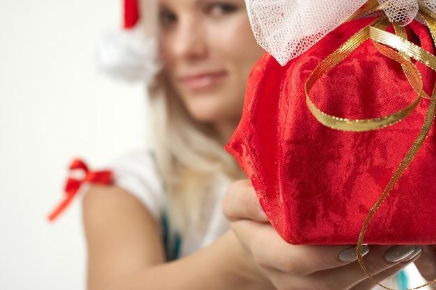 Jonge sexy geïsoleerde santa girl