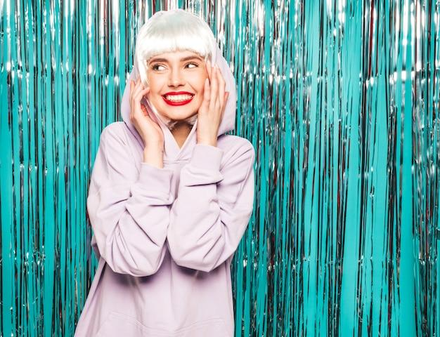 Jonge sexy lachende hipster meisje in witte pruik en rode lippen. mooie trendy vrouw in zomer kleding. gek worden