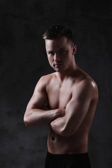 Jonge shirtless sexy man poseren