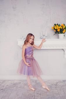 Jonge sierlijke kleine ballerina
