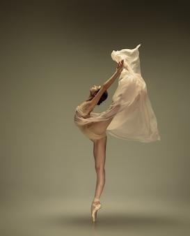 Jonge sierlijke tedere ballerina op pastel muur