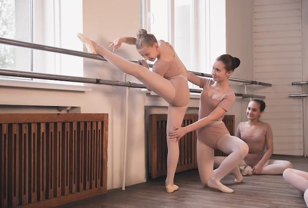 Jonge sierlijke vrouwelijke balletdansers dansen op training. schoonheid van klassiek ballet.