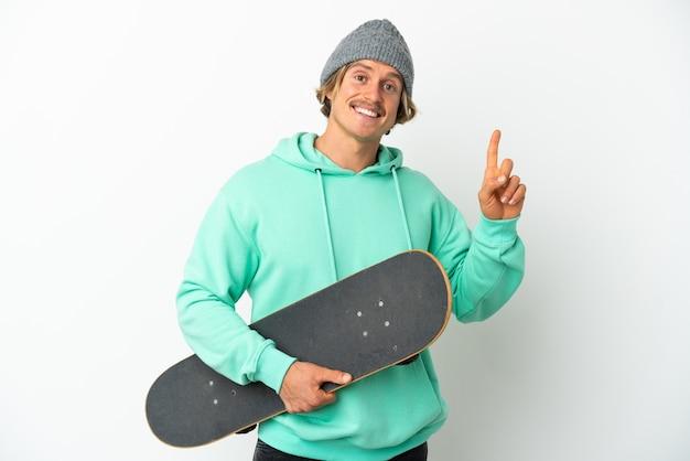Jonge skater blonde man geïsoleerd op een witte achtergrond tonen en het opheffen van een vinger in teken van het beste