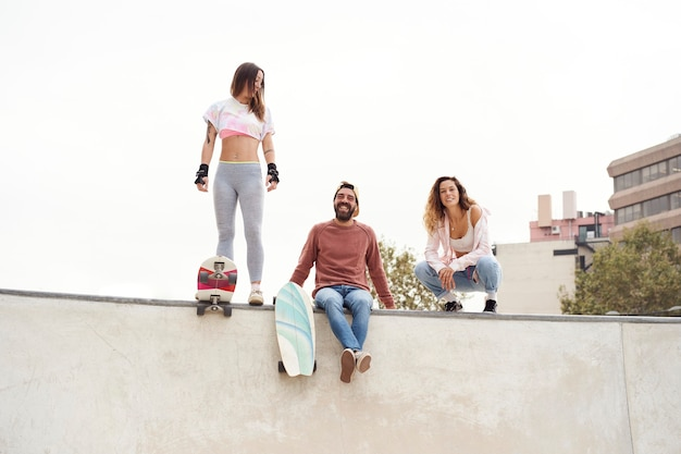 Jonge skaters in het skatepark