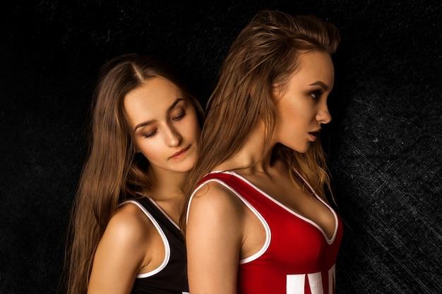 Jonge slanke sexy meisjes in lichaamspakken