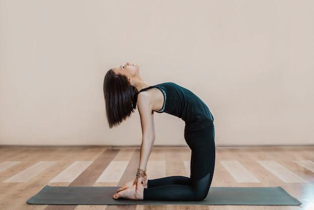 Jonge slanke vrouw doet yoga