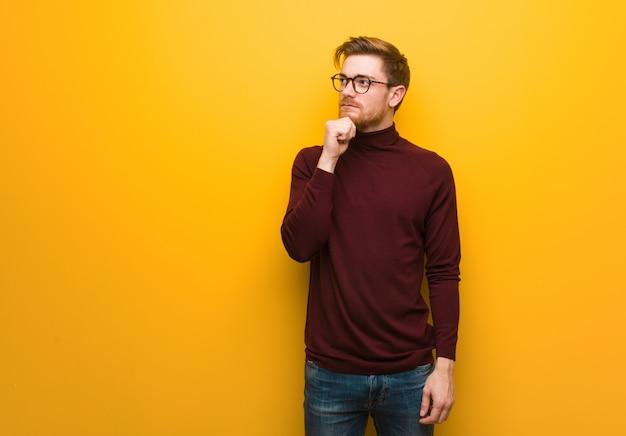 Jonge slimme man twijfelt en verward