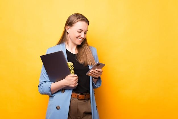 Jonge sociale vrouw leest het sms-bericht dat ze net heeft gekregen.