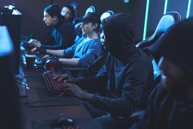 Jonge softwareontwikkelaars die in het servercentrum werken