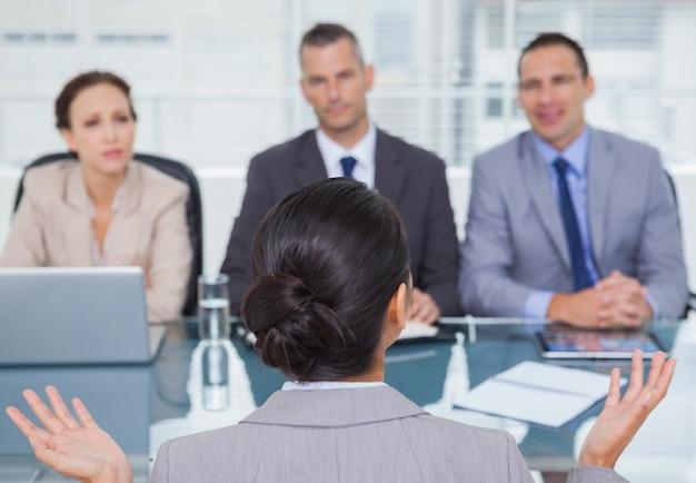 Jonge sollicitant met een interview