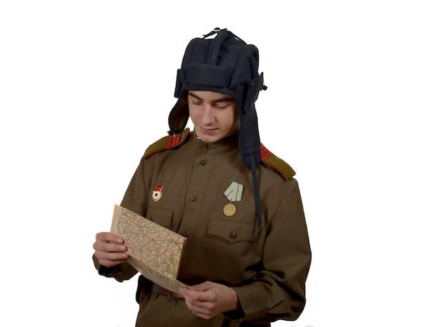 Jonge sovjet-tanker kijkt naar een kaart