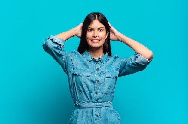 Jonge spaanse casual vrouw die zich gestrest, bezorgd, angstig of bang voelt