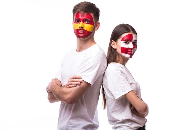 Jonge spaanse en kroatische voetbalfan die op witte muur wordt geïsoleerd