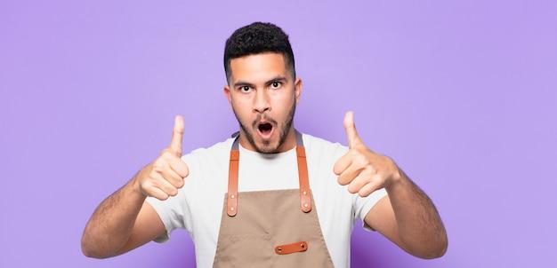 Jonge spaanse man bang expressie. chef-kok concept