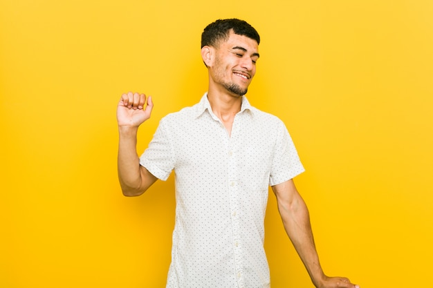 Jonge spaanse man dansen en plezier maken.