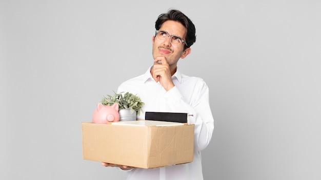 Jonge spaanse man denkt, voelt zich twijfelachtig en verward. ontslag concept
