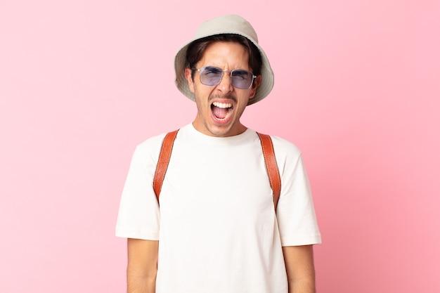 Jonge spaanse man die agressief schreeuwt en er erg boos uitziet. zomer concept