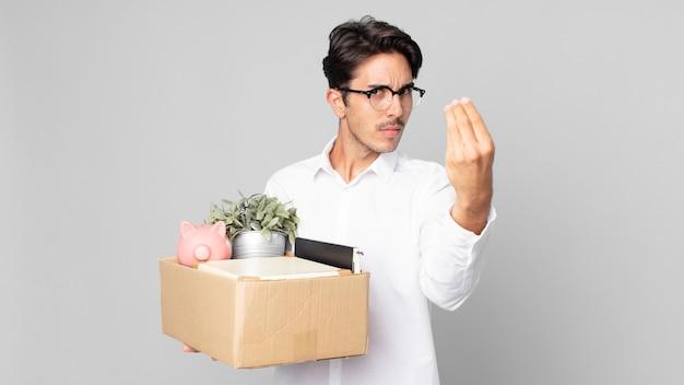 Jonge spaanse man die capice of geldgebaar maakt en zegt dat je moet betalen. ontslag concept