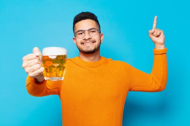 Jonge spaanse man die een succesvolle overwinning viert en een biertje vasthoudt