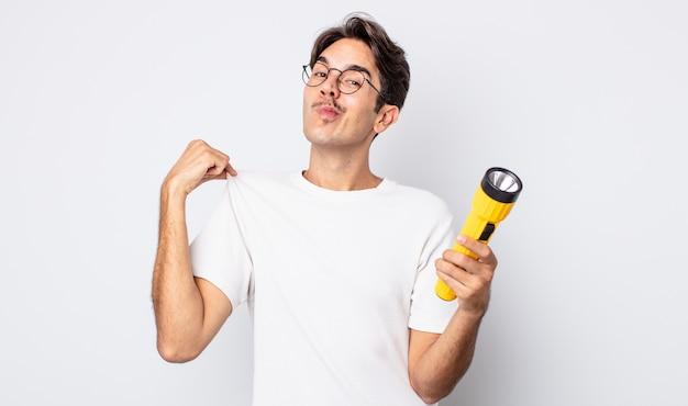 Jonge spaanse man die er arrogant, succesvol, positief en trots uitziet. lantaarn concept