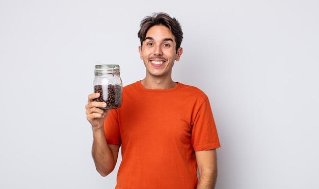 Jonge spaanse man die er blij en aangenaam verrast uitziet. koffiebonen concept