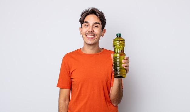 Jonge spaanse man die er blij en aangenaam verrast uitziet. olijfolie concept