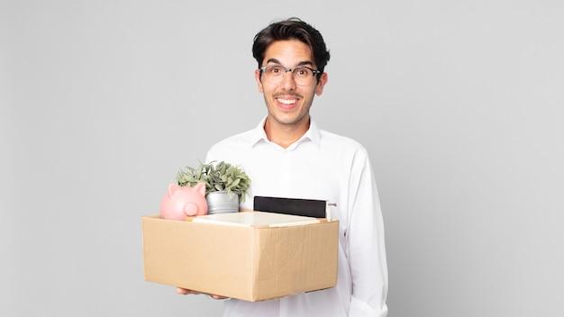 Jonge spaanse man die er blij en aangenaam verrast uitziet. ontslag concept
