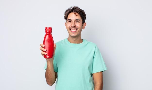 Jonge spaanse man die gelukkig lacht met een hand op de heup en zelfverzekerd. ketchup-concept