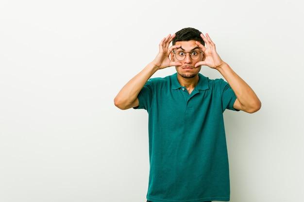 Jonge spaanse man die ogen open hield om een succeskans te vinden.