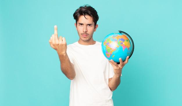 Jonge spaanse man die zich boos, geïrriteerd, opstandig en agressief voelt en een wereldbolkaart vasthoudt