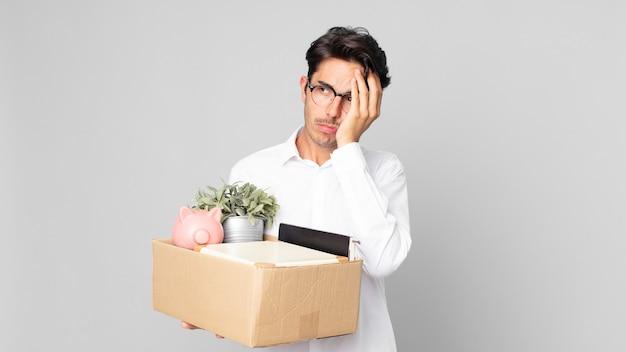 Jonge spaanse man die zich verveeld, gefrustreerd en slaperig voelt na een vermoeiende. ontslag concept