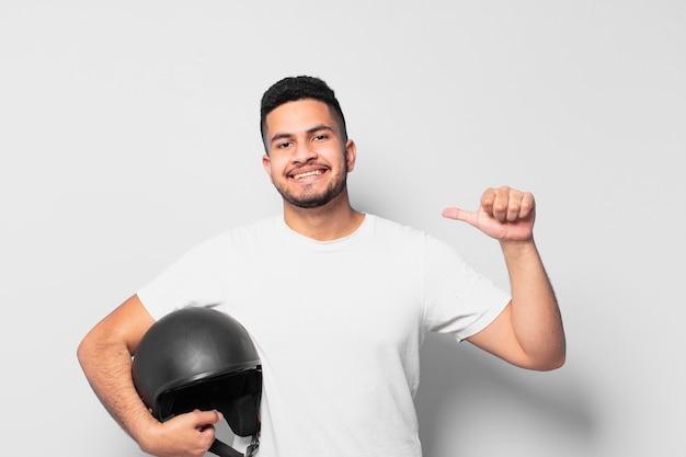 Jonge spaanse man gelukkig expressie. motorrijder concept